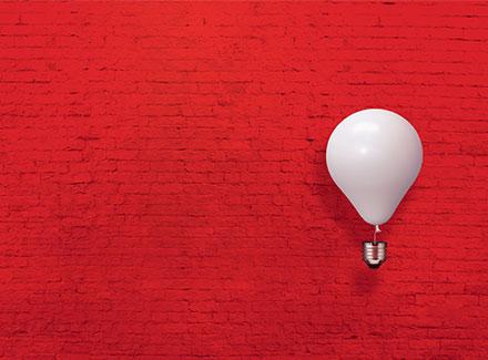 ampoule sur fond rouge